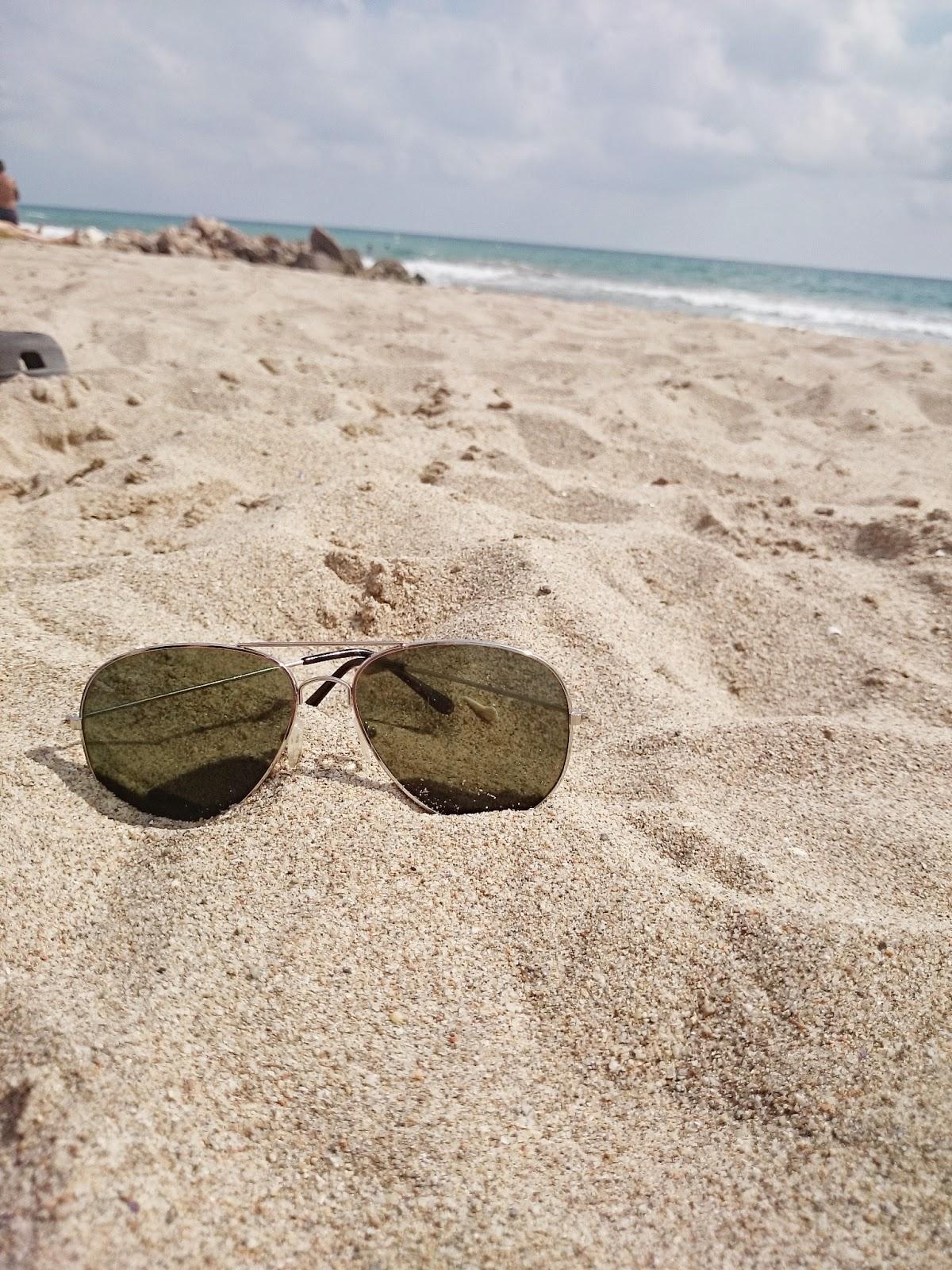 plaża,piasek,inspiracje,zdjęcie piasku,zdjęcie okularów,ciekawe zdjęcia,hiszpania,espana,Cunit,plaża w Hiszpanii,słońce