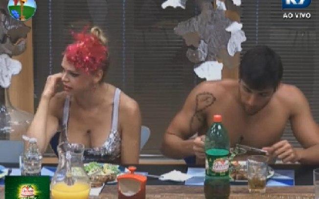 Léo Áquila revela que precisa sair disfarçado em lugares públicos (Foto: Reprodução/TV Record)