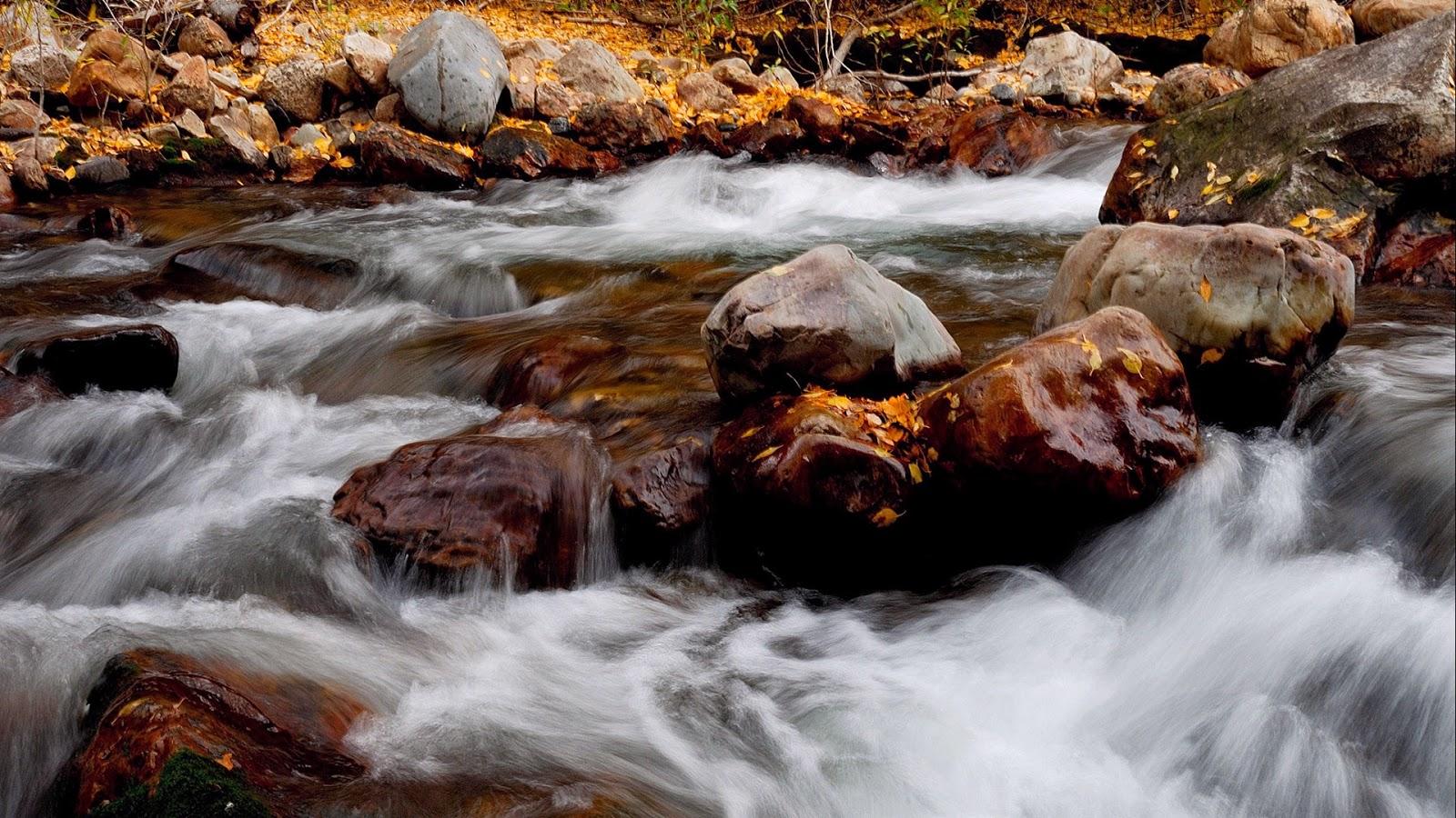 Desktop wallpaper met een landschap met rivier in de herfst met rotsen