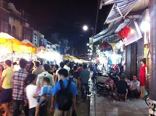 Mercadillo en el barrio viejo (barrio antiguo) de Hanoi (Vietnam)