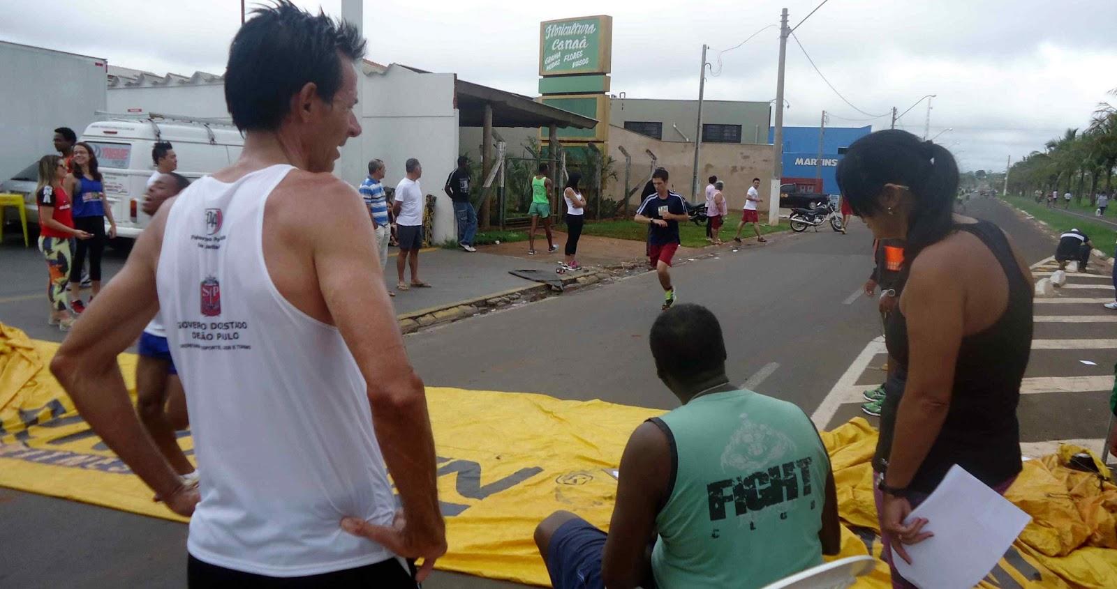 Foto 88 da 1ª Corrida Av. dos Coqueiros em Barretos-SP 14/04/2013 – Atletas cruzando a linha de chegada