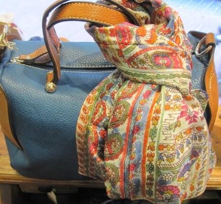Bolso azul y marrón con fular de seda