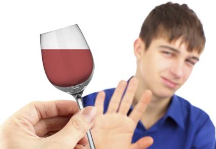 El marido bebe con los amigos