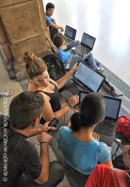 Estudiantes usando las nuevas tecnologías en áreas exteriores de la Biblioteca Central  de la Universidad de La Habana