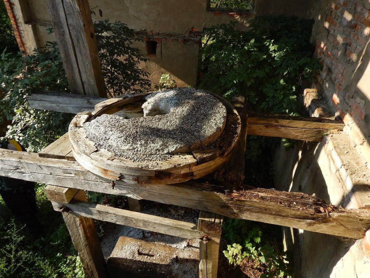 Жернова на мельнице в Рясно.