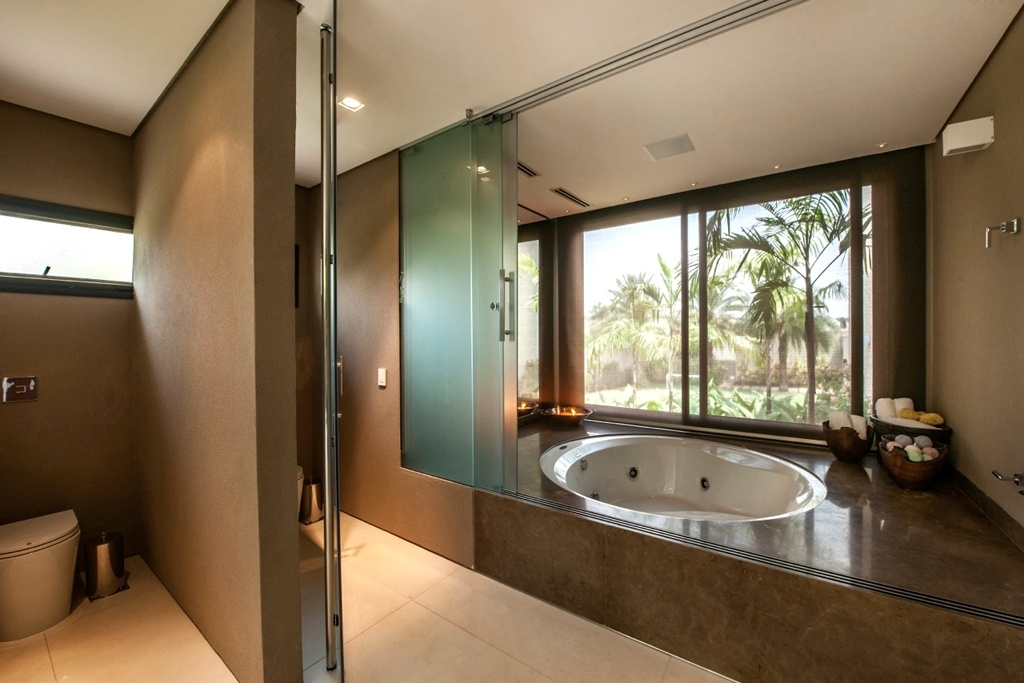 Banheiros com áreas íntimas (vaso e chuveiro) separadas! Veja modelos e dicas -> Banheiro Com Banheira E Dois Chuveiros