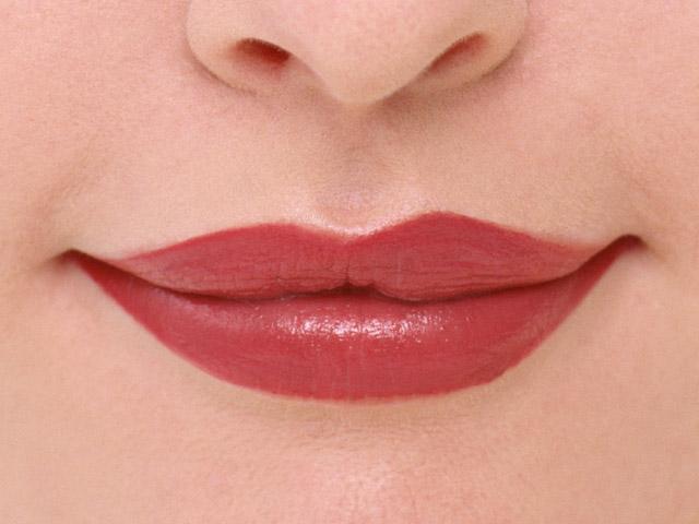 labios pintados de rojo
