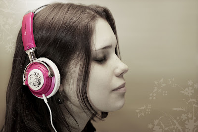 Girls wallpaper - listening music with headphones