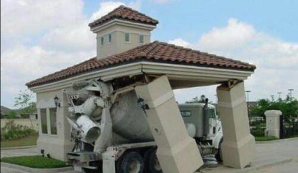 Camion de concreto desplaza el techo de una edificacion