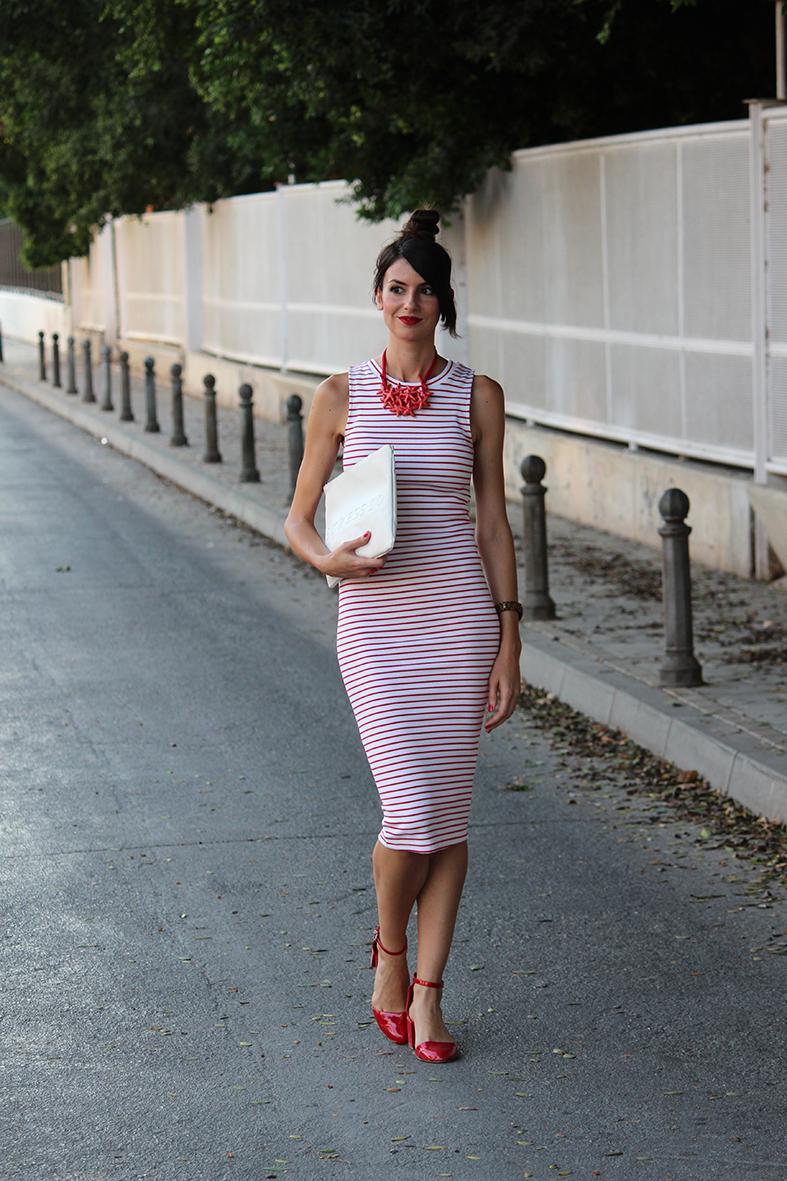 Vestido blanco con rayas rojas