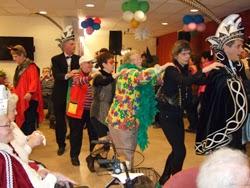 Op carnavalsmuziek wordt hossen mensen en doen ze de polonaise