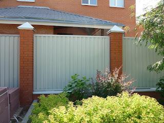 Забор из профлиста с кирпичными столбами. Фото 2