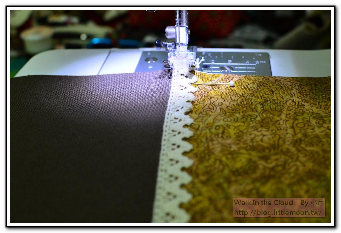 以珠針固定蕾絲選鋸齒花樣車縫