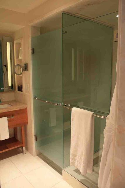 Glastüren trennen Dusche und Toilette vom Bad © Copyright Monika Fuchs, TravelWorldOnline