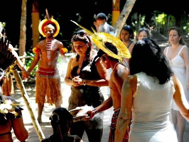 Visitantes acompanham rituais na aldeia indígena (Foto: Hadja)