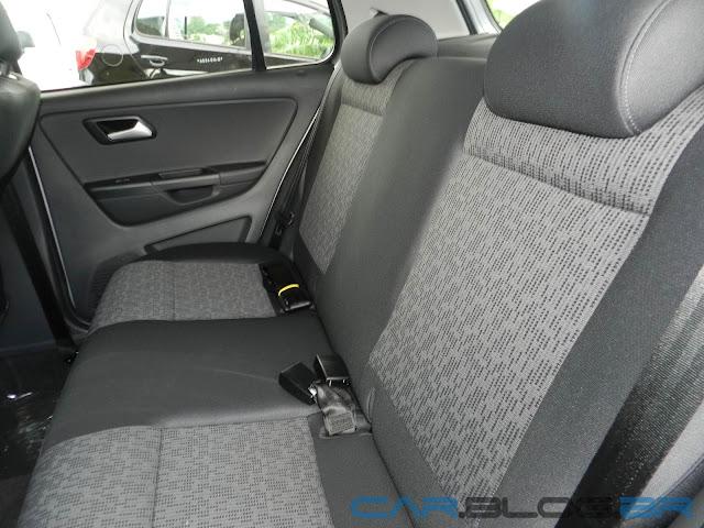 VW Fox 1.0 2013 - Trend - Prata Sargas - espaço bancos traseiros
