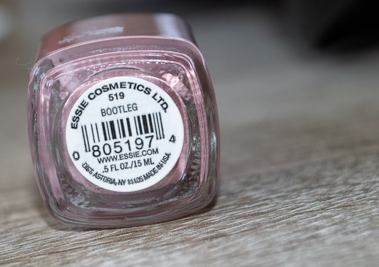 Rosa schminktisch: new in: essie bootleg