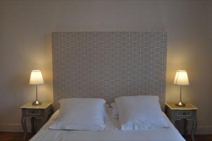 lit avec du papier peint