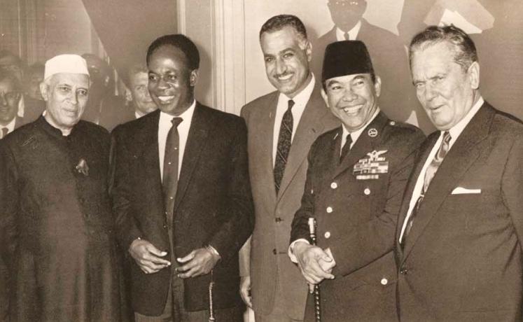 Bung Karno dan para pemimpin negara lain. Dari kiri: Nehru (India), Nkrumah (Ghana), Gamal Abdul Nasser (Mesir), Sukarno (Indonesia), dan Tito (Yugoslavia)