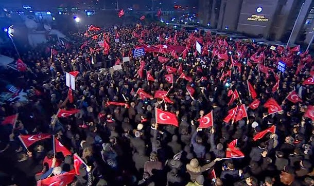 Turkish people protest media arrests