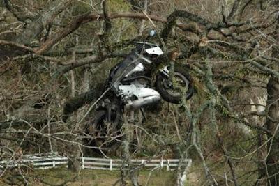 Akibat Ngebut, Motor Terbang ke Pohon