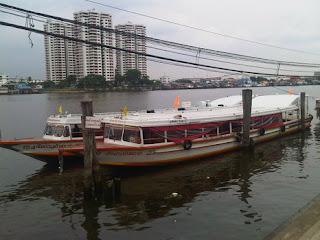 วัดเขียน ที่จอดพักของเรือด่วนแห่งแม่น้ำเจ้าพระยาประเภทต่างๆ และบ้านพัก ที่อยู่อาศัยของคนขับเรือ หรือ พนักงานเรือด่วน