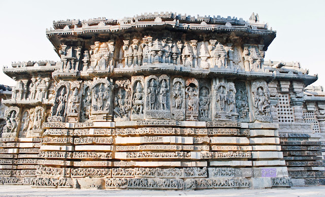 Friezes and the sculptures on the walls of the Kedareshwara temple