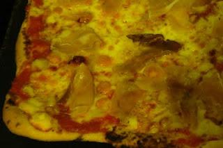 Immagine pizza ai quattro formaggi con speck
