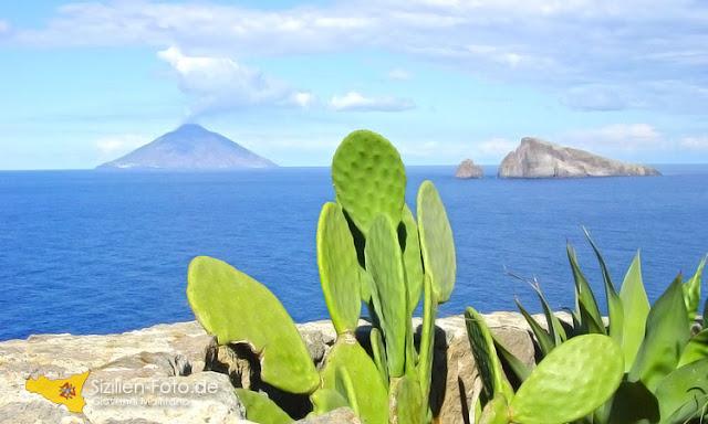 Vulkan Stromboli von Panarea aus gesehen