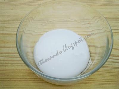 Glassa per dolci ricetta base per le guarnizioni in  pasticceria