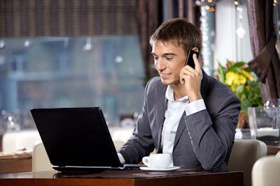 Hombre de negocios con su laptop y teléfono celular - Business man