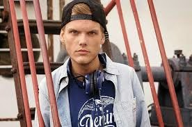 Avicii regrava sucesso Feeling Good