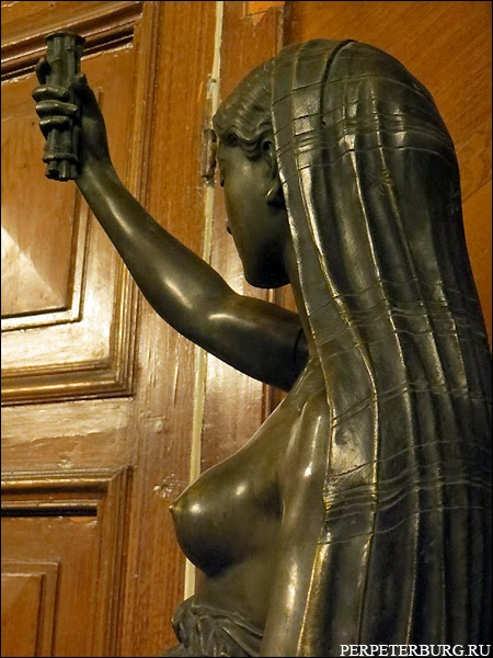 Парадная столовая Бильдерлингов - фигура женщины-светильник