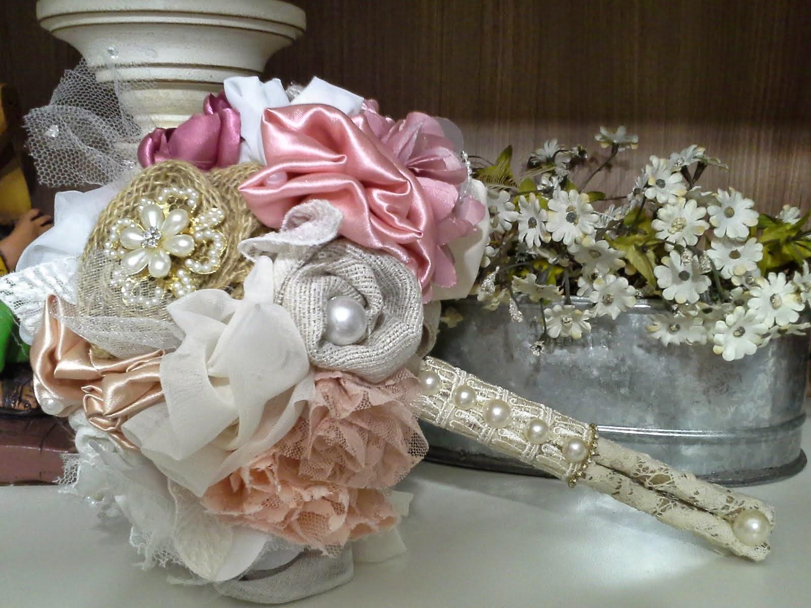 Buque com flores de tecido