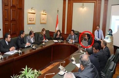 المرأة الجالسة بجانب محافظ الإسكندريّة في اجتماعاته الوزاريّة تشعل الفايسبوك