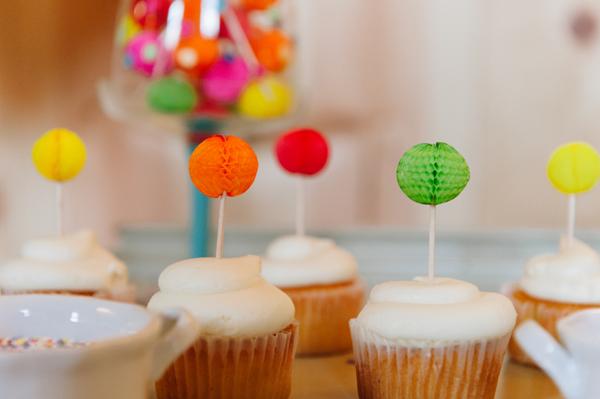 cupcakes con decoración de año nuevo y bolitas de colores