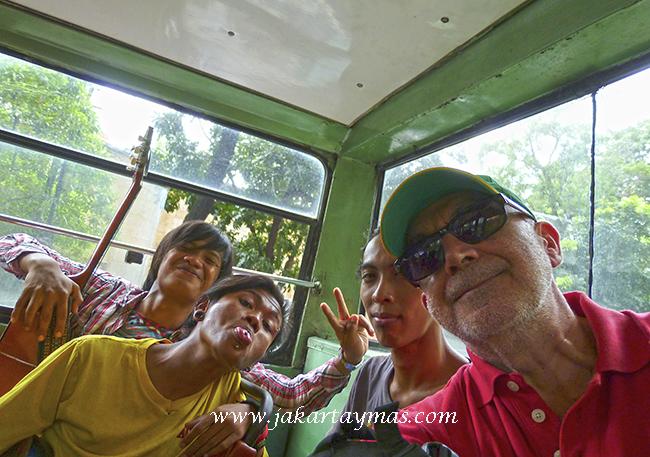 Selfie con cantantes en el Metro-Mini de Yakarta