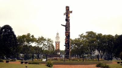 Totem Kwa'Guilth, plaza Canadá, barrio de Retiro Buenos Aires