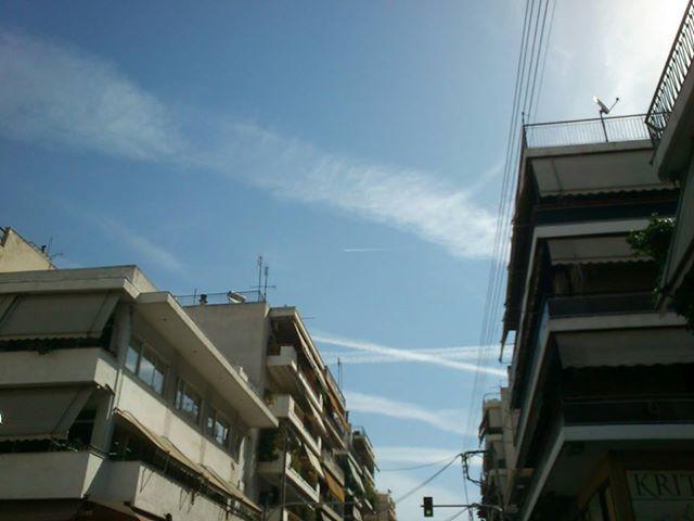 Απίστευτες εικόνες αεροψεκασμών πάνω από την Αθήνα (28/5/2013)