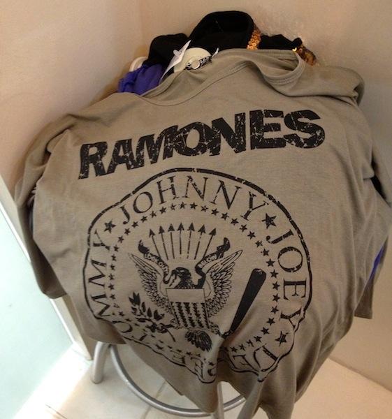 CAMISETAS DIVERSAS - RAMONES, JOHNNIE WALKER - R$ 29,90