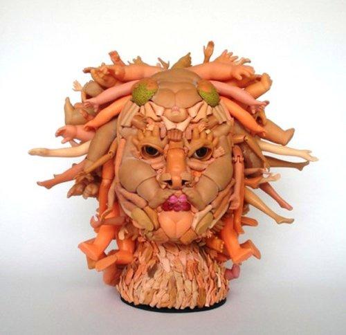 Freya Jobbins esculturas de bonecos reciclados plástico brinquedos Medusa