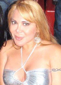 Desiree Acosta sonriendo a las cámaras
