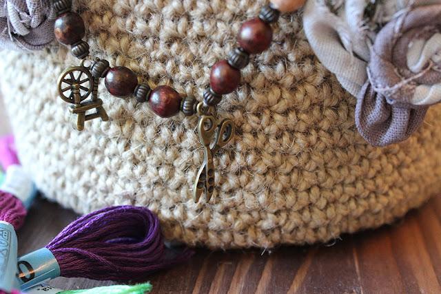 корзинка, связанная крючком из джута