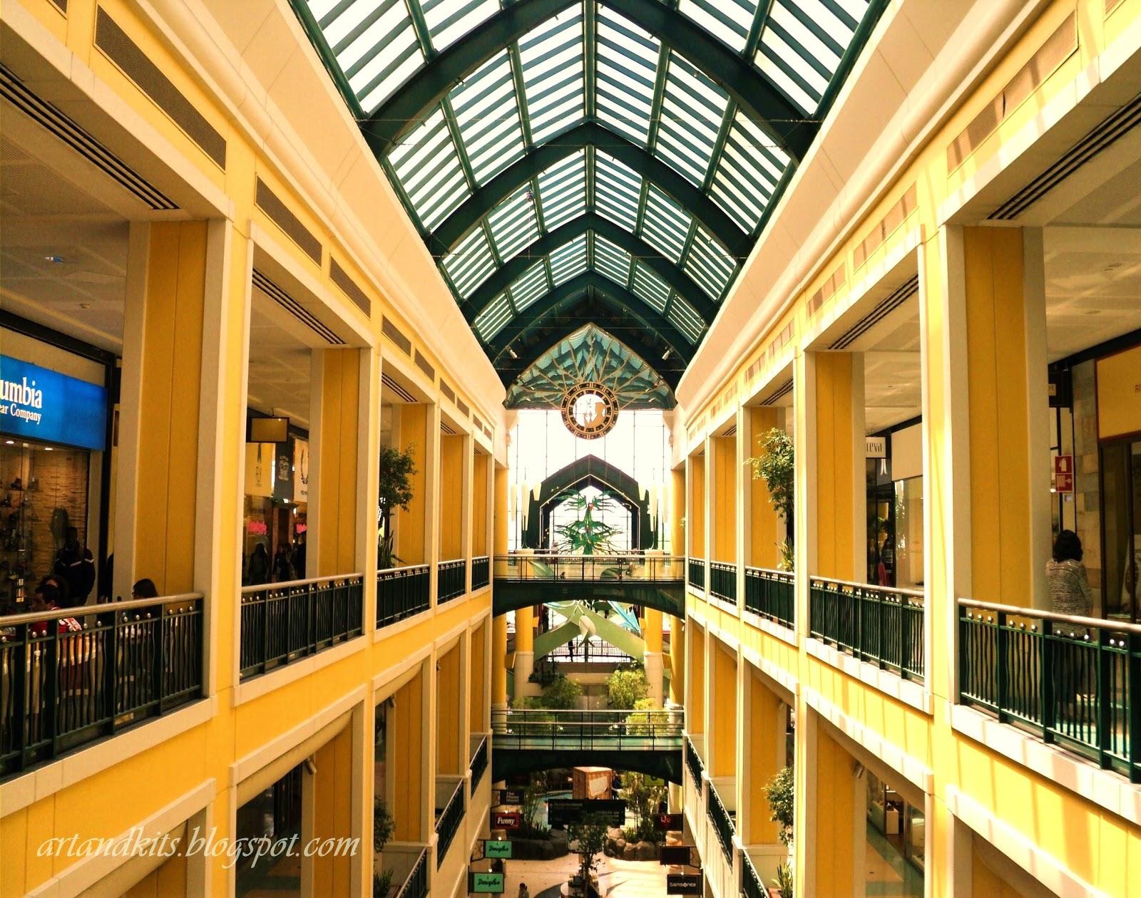 Cidades dentro de outras cidades... assim são os centros comerciais, actualmente... Locais onde uns trabalham... outros, fazem as suas compras... mas pólos inquestionáveis de atractividade em torno do consumismo, e do aparente, mas fugaz bem estar, que este proporciona... / Cities within other cities ... that's what the shopping centers are, nowadays... Places where some are working... others do their shopping... but they are unquestionable poles of attractiveness on the consumption, and its brief good feeling, that it seems to provide...