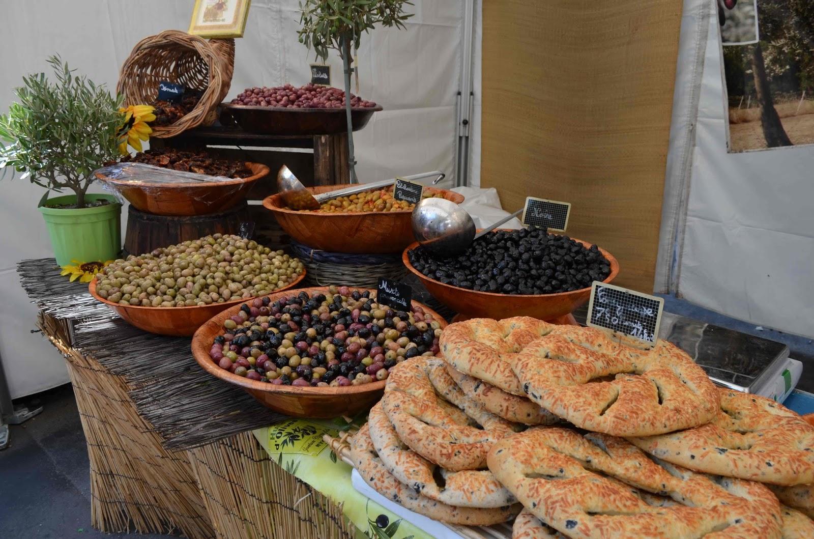 Marktstand mit Spezialitäten der Provence