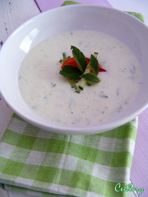 Studená mätová polievka s uhorkou a rajčinami