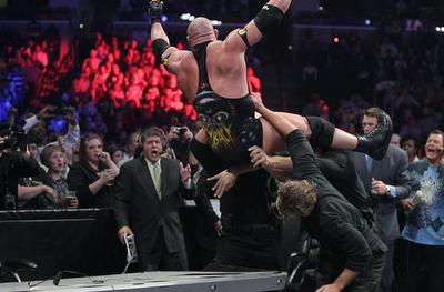 destruccion de la mesa de transmisión en español de la WWE con el cuerpo de Ryback en poderoso combate