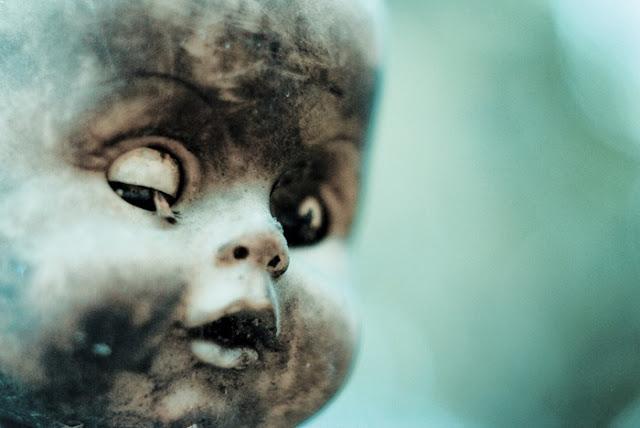 فيلم رعب على أرض الواقع ، في جزيرة الدمي المشوهه .   Island-of-dolls-3%5B5%5D