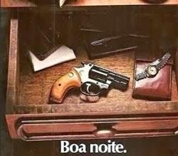 Propaganda do Revólver Taurus nos anos 80: segurança para o lar.