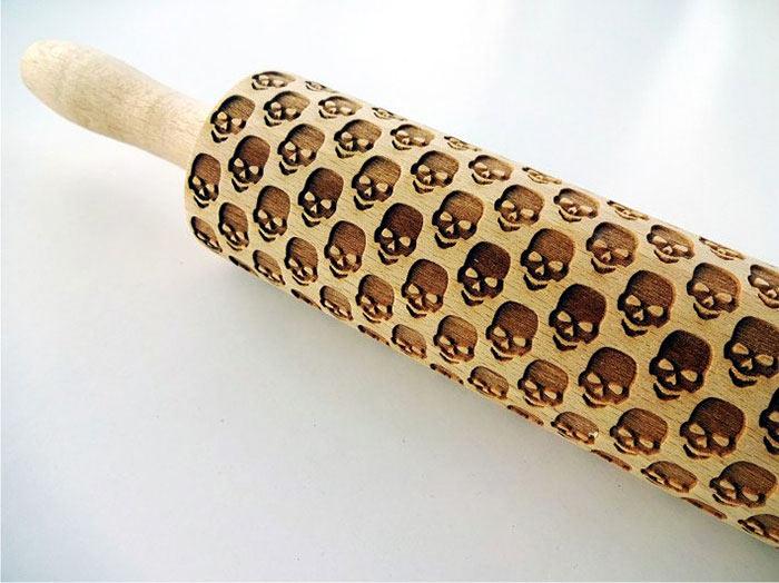 Has galletas de cráneos con este rodillo de madera grabado con láser